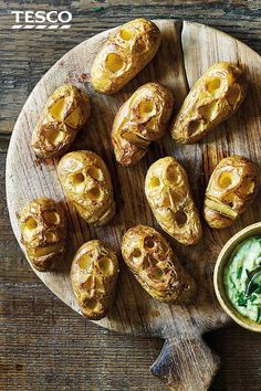 Shrunken potato heads with slime dip Looking for a frightening feed to serve friends or family this Halloween? Just carve faces into Charlotte potatoes and watch as they shrink into freaky faces in the oven. Serve with a garlicky avocado 'slime' dip for a Comida De Halloween Ideas, Easy Halloween Snacks, Creepy Halloween Food, Hallowen Food, Spooky Food, Halloween Appetizers, Halloween Dinner, Halloween Drinks, Halloween Food For Party
