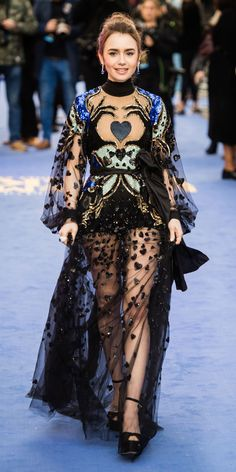 For the Extremely Wicked, Shockingly Evil and Vile premiere in London, Lily Collins wore an Elie Saab dress with sheer embroidery and sequins. Lily Collins Dress, Lily Collins Style, Celebrity Outfits, Celebrity Style, Celebrity Moms, Celebrity Photos, Elie Saab Kleider, Elie Saab Dresses, Wedge