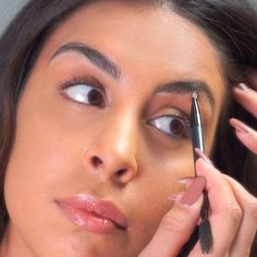1000x1000-Makeup-Minute-How-To-Fill-In-Your-Eyebrows