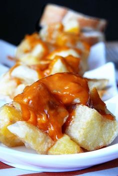 Bravas come Dio comanda - cocina - Yummy Veggie, Food Decoration, Spanish Food, Snacks, Canapes, Dessert, Finger Foods, Seafood, French Toast