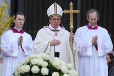 Francisco presidió su primera misa de Pascua; tras la ceremonia, saludó a los fieles en la Plaza San Pedro. Foto:EFE