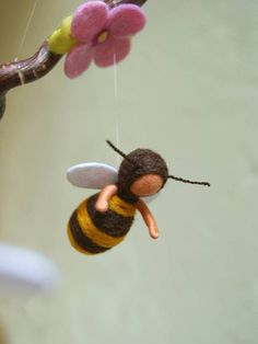 Deze vijf bijen en de bloesems van deze mobiele zijn gemaakt van zuiver schapenwol. Ik heb hen op een takje kurkentrekker-hazelnoot vastgemaakt. De bijen zijn ongeveer 22 lang, en hun wapens zijn roerende. Het heeft een diameter van ca. 12. Ik heb opgesteld de bijen en de bloesems