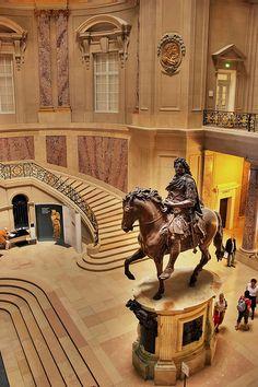 Ein Blick in die Eingangshalle des Bode Museums in Berlin. Die Treppen laden zum langsamen Schreiten ein.