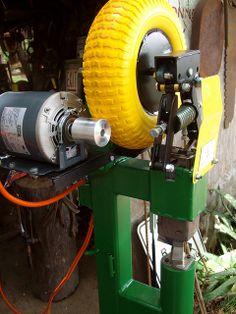 Resultado de imagem para how to make a blacksmith power hammer Power Hammer Plans, Blacksmith Power Hammer, Forging Hammer, Forging Tools, Blacksmith Forge, Metal Working Tools, Metal Tools, Planishing Hammer, Knife Making Tools