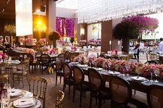 ve muitos tons de rosa e arranjos de diferentes estilos. As mesas
