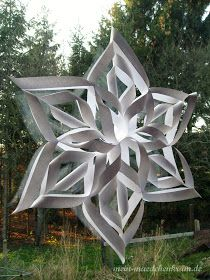 Do you fancy homemade winter window decorations? Then here comes the lead … - Diy Winter Deko Paper Snowflakes, Paper Stars, Winter Christmas, Christmas Crafts, Xmas, Diy Paper, Paper Crafts, Front Door Christmas Decorations, Origami And Quilling