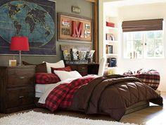 chambre ado garçon de style américain - carte des continents, table de chevet et meuble bureau en bois, niche de rangement et stores marron