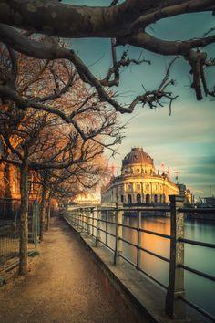 BERLIN, Spaziergang an der Spree mit Blick auf das Bodemuseum auf der Museumsinsel, Germany (by Matthias Haker 2014)