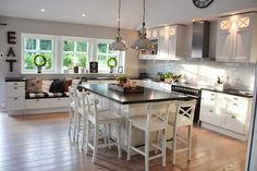 Nice island for kids yo sit around Open Plan Kitchen, Kitchen Redo, Kitchen Items, Kitchen Dining, Kitchen Black, Elegant Kitchens, Beautiful Kitchens, Interior Design Videos, Family Kitchen