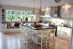Nice island for kids yo sit around Elegant Kitchens, Beautiful Kitchens, Family Kitchen, Kitchen Dining, Interior Design Videos, Kitchen Stories, Open Plan Kitchen, Kitchenette, Kitchen Items
