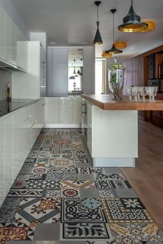Cucina con bellissimo abbinamento di piastrelle patchwork e parquet - Start Preventivi