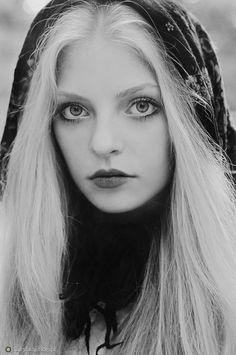 pale blonde silver hair pale skin | Vakkert hår ...