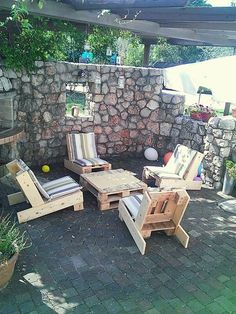 Cute Pallet Garden Furnitures  #garden #palletgardenset #palletlounge #recyclingwoodpallets Now is hanging out with friends and a cup of coffee also comfortable. ...