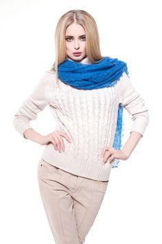 Orenburger Schal ist eine perfekte Begleitung für jeden Anlass. Schal IRMA ist ein Accessoire, das gute Laune macht. Der hohe Wollanteill sorgt für einen zarten und wärmenden Tragekomfort der Luxusklasse. Der Schal ist so fein und Spinnengewebe ähnlich, dass sie locker durch einen Ring durchgeht.GRÖßE: 100 x 100 cmMATERIAL: 78 % Ziegenwolle, 22 % ViscoseFARBE: blauDESIGN: Orenburg-SchalmanufakturPFLEGEHINWEIS: Handwäsche, Waschtemperatur von 40°C sollte nicht überschritten werden, nur flach…