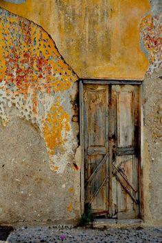 Puerta gris degradada en vieja ciudad de Rhodas, Grecia