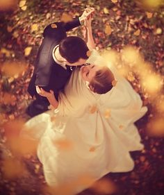 I want a spring or summer wedding but I don't know anymore..Stunning fall wedding picture ideas.