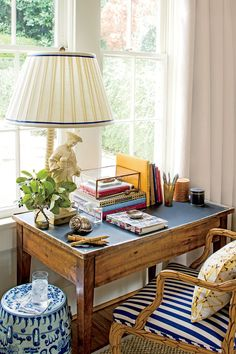 Chinoiserie Work Nook (Chinoiserie Chic) This perfect little work space could be tucked in a living room, family room, guest room .This perfect little work space could be tucked in a living room, family room, guest room . Small Workspace, Desk Space, Desk Nook, Desk Chair, Small Space Organization, Desktop Organization, Kitchen Organization, Chinoiserie Chic, Interiores Design