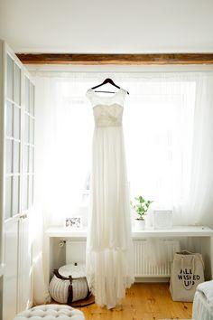 beauitful wedding dress by Felicita Brautmode | photographed by PASTELLGESCHICHTEN   #gettingready #home #bride #weddingdress #lace #felicita