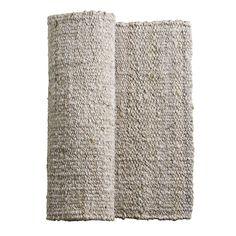 Praktisk jutetæppe til entreen eller måske ved arbejdspladsen i køkkenet. Jutetæppet er flettet af naturlig hemp og det kraftige flet gør at det er et tæppe der kan holde i lang tid. Det er et tæppe der er rart at stå på og et oplagt valg til et sted i hjemmet hvor der kan være fodkoldt.