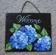 Belle hydranhgeas bleu sur un fond noir. Cette ardoise mesure 10  x 8  les couleurs vives et belles fleurs est un excellent moyen pour accentuer votre maison à l'intérieur ou l'exterieur! Il est verni donc vous pouvez le mettre sur votre terrasse pour saluer les invités ou à l'intérieur pour mettre en valeur votre maison. N'importe où vous choisissez que cette pièce sera un merveilleux ajout à votre décor.