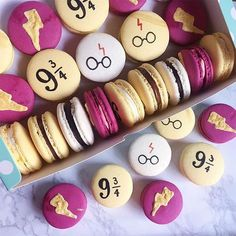 The official Harry-Potter Macarons! Harry Potter Desserts, Bolo Harry Potter, Gateau Harry Potter, Harry Potter Thema, Harry Potter Birthday Cake, Harry Potter Food, Harry Potter Wedding, Harry Potter Cupcakes, Harry Potter Recipes