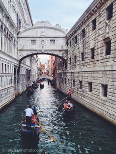 It is estimated that there were eight to ten thousand gondolas during the 17th and 18th century. There are just over four hundred in active service today, virtually all of them used for hire by tourists. Those few that are in private ownership are either hired out to Venetians for weddings or used for racing.