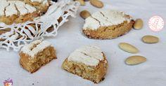 I ricciarelli, biscotti tipici del periodo Natalizio con le mandorle, facili da preparare, morbidi e perfetti da regalare.