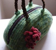 This is a vintage feel bag, that is easy to make and can be adapted to any size. The pattern is free