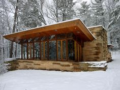 This small cabin with soaring walls of glass, the Seth Peterson Cottage is a wonderful distillation of some of Frank Lloyd Wright's best ideas for residential design. Frank Lloyd Wright, Architecture Cool, Cabins And Cottages, Small Cabins, Marquise, Cabins In The Woods, Little Houses, Tiny Houses, Dream Houses