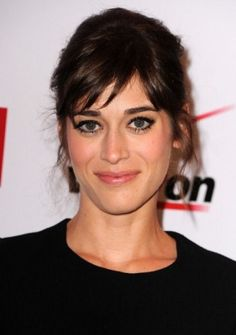 Lizzy Caplan - Love her very classy and simple makeup style.