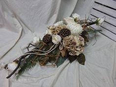 KOMPOZYCJA -STROIK na grób WSZYSTKICH ŚWIĘTYCH Grapevine Wreath, Funeral, Grape Vines, Christmas Wreaths, Holiday Decor, Flowers, Christmas Garlands, Holiday Burlap Wreath, Vineyard Vines