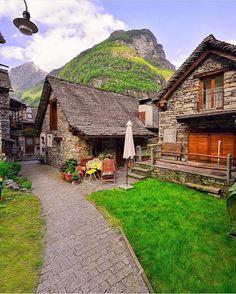 📍 Sonogno, Ticino, #Switzerland ✨💚💚✨ •••••••••••••••••••••••••••••••••••••••••••••••• with whom would you like to be here? | ¿con quién te gustaría estar aquí? 😍 ¡Dale Like! ✨💚💚✨ •••••••••••••••••••••••••••••••••••••••••••••••• Tag your photos ➡ #Lugaresporvisitar para ser colocada en nuestra cuenta✨🌟 ™@Lugaresporvisitar •••••••••••••••••••••••••••••••••••••••••••••••• ©: Congratulations ✨@Sennarelax✨ por esta foto tan Increible😍