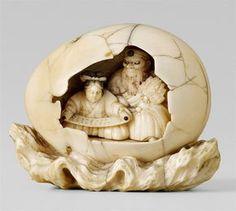 An unusual ivory netsuke of Sôjôbo teaching Yoshitsune military strategy, inside an egg, by Shûraku. Late 19th century, Auktion 1044 Asiatische Kunst, Lot 967