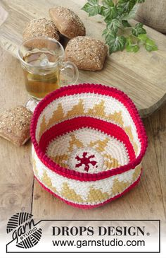 Breakfast Treats - Crochet basket with colored pattern for Christmas. The piece is worked in 2 strands DROPS Cotton Light. - Free pattern by DROPS Design Mochila Crochet, Bag Crochet, Crochet Home, Crochet Yarn, Free Crochet, Drops Design, Crochet Pillow Patterns Free, Knitting Patterns Free, Free Knitting