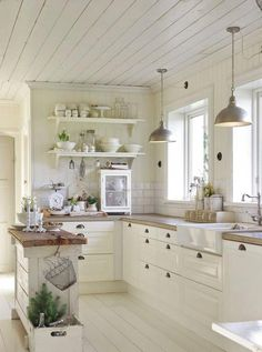 Small Kitchen Remodeling 30 Awesome Small Farmhouse Kitchen Decor Ideas Best For Your Farmhouse Design Small Farmhouse Kitchen, Farmhouse Kitchen Cabinets, Modern Farmhouse Kitchens, Rustic Kitchen, Country Kitchen, New Kitchen, Kitchen Ideas, Farmhouse Decor, Farmhouse Ideas