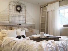 prowansalska sypialnia z drewniana drabiną,sypialnia w stylu vintage z drabiną,dekoracyjna drabina w sypialni we francuskim stylu vintage,beżowa sypialnia z drabina - Lovingit.pl