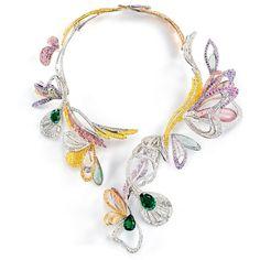 BOUQUET D'AILES (Boucheron) : Inspirée de la période naturaliste des années 1900, la Parure Bouquet d'Ailes réinterprète le collier Point d'Interrogation si cher à la Maison Boucheron au travers de son précieux bestiaire. Ce n'est pas un bijou, c'est une œuvre : un savant assemblage d'ailes de papillons, de libellules et de plumes de paon. Tel un bouquet, ces ailes composent une harmonie de formes, de couleurs et de volumes empreints de grâce et de légèreté.