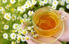 Настой ромашки с мёдом — лечебное средство широкого спектра действия.   Настой ромашки аптечной с мёдом можно использовать для лечения многих заболеваний, начиная от ангины и заканчивая диареей.   Как приготовить.   * 25 г (6 ст. ложек) сухих цветков ромашки залить в эмалированной посуде 500 мл кипятка, закрыть крышкой и поставить на 15 мин. в кипящую водяную баню.   * Затем снять, дать остыть, процедить, оставшееся сырьё отжать.   * Растворить в настое 2 ст. ложки натурального мёда…