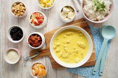 Opskrift på en super god og nem ristaffel med kylling, karrysovs, kogte ris og masser af lækkert tilbehør. En hverdagsret som både voksne og børn elsker!
