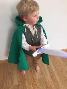 """Déguisement hobbit Facile et simple! Genial pour petit garcon! cape faite main, gilet de serveur et pantalon H&M, chemise blanche, épée et anneau """"le hobbit"""""""