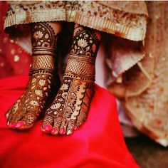 Mehendi designs on feet are always applied to the bride, to brighten up and decoring her feet. So, for all the brides-to-be we have showcased some elegant mehndi designs for your feet. Dulhan Mehndi Designs, Mehandi Designs, Mehndi Designs Feet, Latest Bridal Mehndi Designs, Mehndi Designs 2018, Mehndi Design Pictures, Mehndi Designs For Girls, Wedding Mehndi Designs, Latest Mehndi