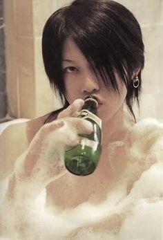 Miyavi covered in bubble bath ;) Fangirls?! ...I'm calling Fangirls! Lol