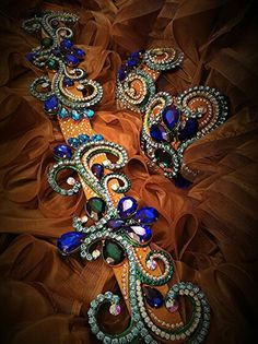 Lovely appliqué shape and mix of small and large stones