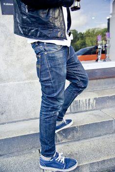 nudie jeans co. grim tim dry red selvage worn over 13 months 具有色落性質的原色褲與素色Vans做搭配,加上白T黑皮衣,簡單率性 #NudieJeans #Vans