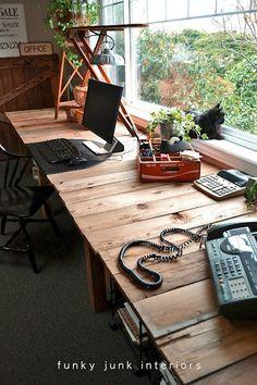 木製のパソコンデスク。素敵ですね~。窓辺でくつろぐ猫に、なんとも癒されます。