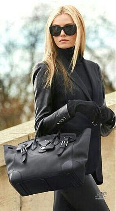 Fashion Week Packing Inspiration: Monochrome on Mount Street - Mayfair Ralph Lauren Handbag Style Work, Mode Style, Style Blog, Style Me, Estilo Fashion, Fashion Moda, Look Fashion, Street Fashion, Luxury Fashion