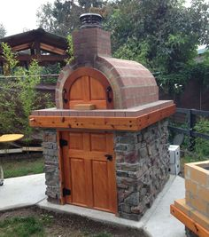 Four à pizza bois : One of our fellow Washingtonians created this Awesome Wood Fired Pizza Oven and La Caja style Pig Roaster / BBQ! One of our fellow Wood Oven, Wood Fired Oven, Wood Fired Pizza, Pizza Oven Outdoor, Outdoor Cooking, Brick Oven Outdoor, Outdoor Kitchens, Outdoor Entertaining, Bricks Pizza