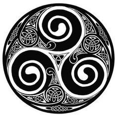 Trisquel,Según la cultura celta, el trisquel representa la evolución y el crecimiento. Representa el equilibrio entre cuerpo, mente y espíritu. Manifiesta el principio y el fin, la eterna evolución y el aprendizaje perpetuo. Entre los druidas simbolizaba el aprendizaje, y la trinidad Pasado, Presente y Futuro.