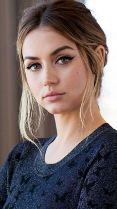 Ana de Armas Pretty Eye Makeup - Nice Celebrities Ana de Armas is one of the nice celebs. She looks pretty with her eye makeup. Beautiful Celebrities, Beautiful Actresses, Most Beautiful Women, Gorgeous Eyes, Pretty Eyes, Girl Face, Woman Face, Actress Without Makeup, Pretty Eye Makeup
