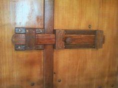 Trinco em madeira maciça fabricado com as sobras da madeira da própria janela